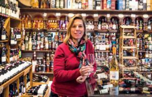 Élisabeth Yger de la cave Table & Vin (Villedieu-les-Poêles) qui met en avant la liberté de choisir.